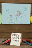 Έργα ζωγραφικής σε χαρτί σχεδίων με το ευτυχές μήνυμα ημέρας πατέρων Στοκ φωτογραφία με δικαίωμα ελεύθερης χρήσης