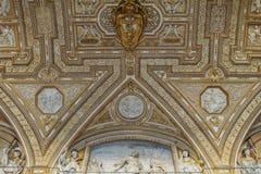 Έργο τέχνης επάνω από την είσοδο στη βασιλική του ST Peter Στοκ φωτογραφίες με δικαίωμα ελεύθερης χρήσης