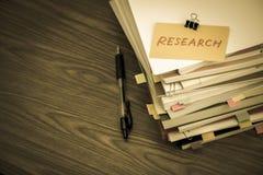 Έρευνα  Ο σωρός των επιχειρησιακών εγγράφων σχετικά με το γραφείο Στοκ Εικόνα