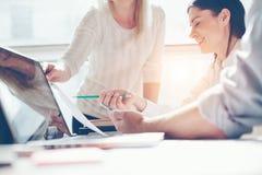 Έρευνα προϊόντων Εργασία ομάδων μάρκετινγκ Γραφείο σοφιτών ανοιχτού χώρου Lap-top και γραφική εργασία Στοκ Εικόνα
