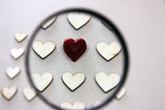 Έρευνα της διαφορετικής καρδιάς μεταξύ της δέσμης των ξύλινων ίδιων καρδιών Στοκ Φωτογραφία