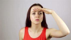 Έρευνα της χειρονομίας από την όμορφη νέα γυναίκα απόθεμα βίντεο