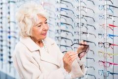 Έρευνα του τέλειου eyewear ύφους για την Στοκ Εικόνα