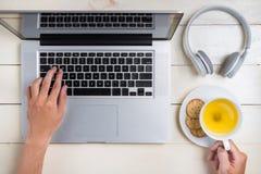 Έρευνα lap-top υπολογιστών που λειτουργεί στην έννοια γραφείων Στοκ φωτογραφία με δικαίωμα ελεύθερης χρήσης