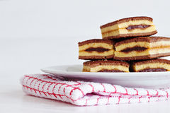 Έρημος κέικ σοκολάτας σε ένα άσπρο πιάτο Στοκ Φωτογραφίες
