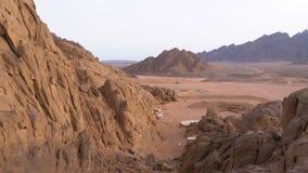 Έρημος στην Αίγυπτο Πανοραμική άποψη της ερήμου με τα βουνά και τους βράχους στην Αίγυπτο απόθεμα βίντεο