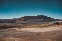 Έρημος Χιλή Atacama οδών με το βουνό και το μπλε ουρανό Στοκ Εικόνες