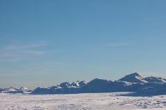 Έρημος χιονιού, βουνά, ουρανός Στοκ εικόνα με δικαίωμα ελεύθερης χρήσης