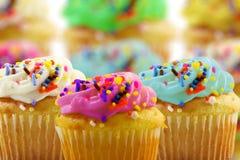 Έρημος Cupcakes σε ένα υπόβαθρο κέικ unfocus blure Στοκ φωτογραφία με δικαίωμα ελεύθερης χρήσης