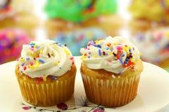Έρημος Cupcakes σε ένα υπόβαθρο κέικ unfocus blure Στοκ Εικόνες