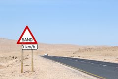 Έρημος Luderitz προειδοποιητικών σημαδιών άμμου, Nambia Στοκ Φωτογραφίες