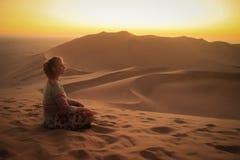 Έρημος Namib, στο εθνικό πάρκο namib-Nacluft στη Ναμίμπια Sossusvlei Νέος τουρίστας γυναικών που κάνει τη γιόγκα και τη χαλάρωση στοκ φωτογραφίες
