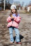 Δέσμη επιλογής μικρών κοριτσιών των μικρών κίτρινων λουλουδιών Στοκ φωτογραφία με δικαίωμα ελεύθερης χρήσης