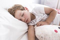 3 έτη αγοριών μικρών παιδιών που κοιμούνται τη σιέστα στο κρεβάτι στοκ φωτογραφία με δικαίωμα ελεύθερης χρήσης