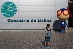 8 έτη παιδιών που παίρνουν τις φωτογραφίες μπροστά από τη Λισσαβώνα Oceanarium Entran Στοκ φωτογραφίες με δικαίωμα ελεύθερης χρήσης