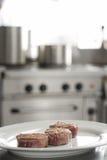 έτοιμες εξυπηρετώντας μπριζόλες βόειου κρέατος Στοκ Εικόνες
