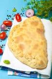 Έτοιμη πίτσα με το τηγμένο τυρί τονισμένος Στοκ φωτογραφία με δικαίωμα ελεύθερης χρήσης