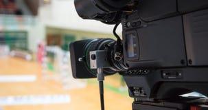 Έτοιμος για φωτογραφική επανεμφάνιση στην αντιστοιχία χάντμπολ ηλεκτρονόμων Θολωμένο υπόβαθρο δικαστηρίων Λεπτομέρειες της κάμερα Στοκ εικόνα με δικαίωμα ελεύθερης χρήσης