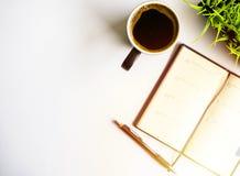 έτοιμος να εργαστεί Καφές, σημειωματάριο και μάνδρα στοκ εικόνες με δικαίωμα ελεύθερης χρήσης