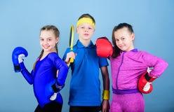 Έτοιμος να παλεψει Αθλητική επιτυχία ομάδας workout του μικρών μπόξερ και του αγοριού κοριτσιών sportswear Ευτυχή παιδιά στα εγκι στοκ φωτογραφίες