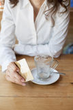 Έτοιμος να πληρώσει τον καφέ Στοκ Εικόνες