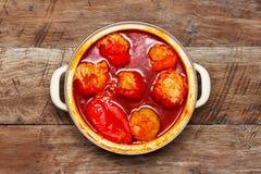 Έτοιμος να φάει τα γλυκά πιπέρια γέμισε με το κρέας και το ρύζι με τη σάλτσα σε μια κατσαρόλλα σε ένα ξύλινο υπόβαθρο, τοπ άποψη Στοκ Εικόνες