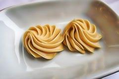 Έτοιμος να φάει τα κρεμώδη φυστικοβούτυρα στο πιάτο στοκ φωτογραφία με δικαίωμα ελεύθερης χρήσης