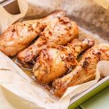 Έτοιμο κοτόπουλο στο μαγείρεμα του εγγράφου Στοκ Φωτογραφία