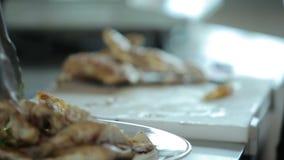 Έτοιμο μπριζόλες κοτόπουλο μαγείρων στον τέμνοντα πίνακα απόθεμα βίντεο