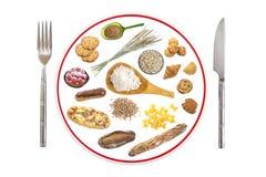 Έτοιμο πιάτο τροφών για τους ανθρώπους αλλεργικούς στη γλουτένη στο γκρίζο υπόβαθρο πλακών, κόκκινη γραμμή μέσω του πιάτου, σημάδ Στοκ εικόνες με δικαίωμα ελεύθερης χρήσης