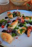 Έτοιμο πιάτο των σουπιών και του καλαμαριού στον πίνακα ενός εστιατορίου στοκ εικόνες