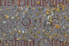 Έτος 1917 που χαράζεται στην πέτρα που καλύπτει με το βρύο Στοκ Εικόνες