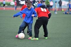 Έτος του Όρενμπουργκ, Ρωσία 26 Απριλίου 2017: τα αγόρια παίζουν το ποδόσφαιρο στοκ φωτογραφία