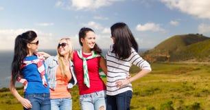 Έφηβη ή νέες γυναίκες πέρα από τη μεγάλη ακτή sur Στοκ Φωτογραφίες