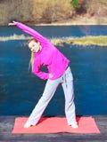 Έφηβη γυναικών στη φόρμα γυμναστικής που κάνει την άσκηση στην αποβάθρα υπαίθρια Στοκ φωτογραφία με δικαίωμα ελεύθερης χρήσης