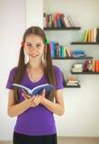 Έφηβη με ένα βιβλίο στοκ φωτογραφία