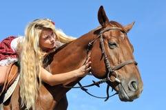 Έφηβη με τη μακρυμάλλη οδήγηση πλατών αλόγου Στοκ Φωτογραφία