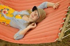Έφηβη με το καπέλο κάδων στην αιώρα στοκ εικόνα με δικαίωμα ελεύθερης χρήσης