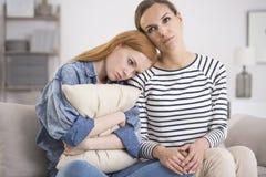 Έφηβη που αγκαλιάζει το μαξιλάρι Στοκ Φωτογραφία