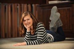 Έφηβη που βάζει στο πάτωμα Στοκ Φωτογραφία