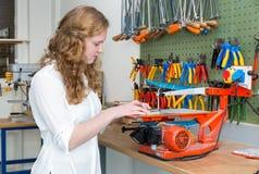 Έφηβη που ενεργοποιεί το ηλεκτρικό τορνευτικό πριόνι στην τάξη Στοκ Φωτογραφίες