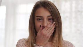 Έφηβη που εξετάζει τη κάμερα, που κλείνει το στόμα της με τα χέρια, αρνητικές συγκινήσεις απόθεμα βίντεο