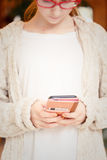 Έφηβη που εργάζεται σε ένα smartphone Σύγχρονες τεχνολογίες και Πε Στοκ Εικόνες