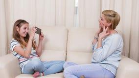 Έφηβη που παίρνει τις εικόνες της μητέρας της χαλαρώνοντας σε έναν καναπέ απόθεμα βίντεο