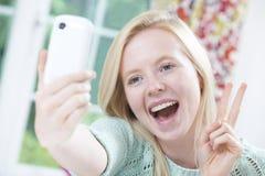 Έφηβη που παίρνει Selfie στο κινητό τηλέφωνο Στοκ Εικόνες