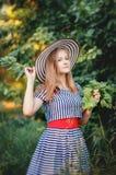 Έφηβη που στέκεται κοντά σε ένα Apple-δέντρο Στοκ φωτογραφίες με δικαίωμα ελεύθερης χρήσης