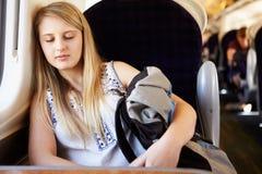 Έφηβη που στηρίζεται στο ταξίδι τραίνων στοκ εικόνες