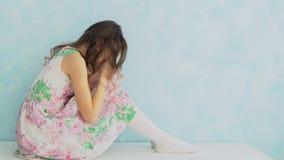 Έφηβη που φωνάζει στο σπίτι με την κάλυψη του προσώπου της με τα χέρια Στοκ Φωτογραφίες