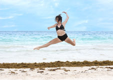 Έφηβη που χορεύει athletically σε μια παραλία Στοκ Φωτογραφίες