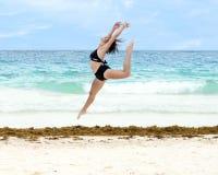Έφηβη που χορεύει athletically σε μια παραλία Στοκ εικόνες με δικαίωμα ελεύθερης χρήσης